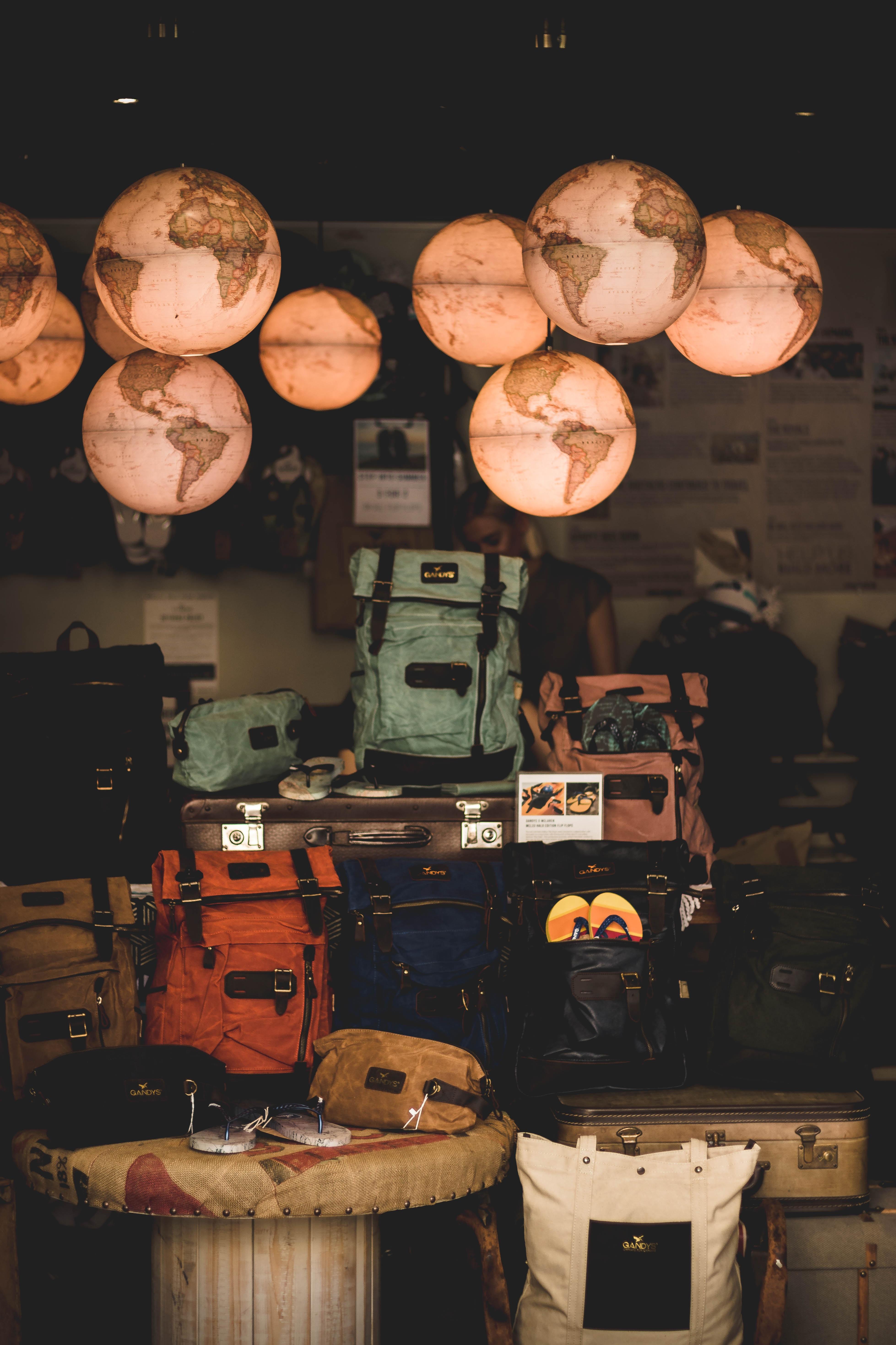 Mochilas y equipaje en un campamento base  Photo by Arthur Edelman