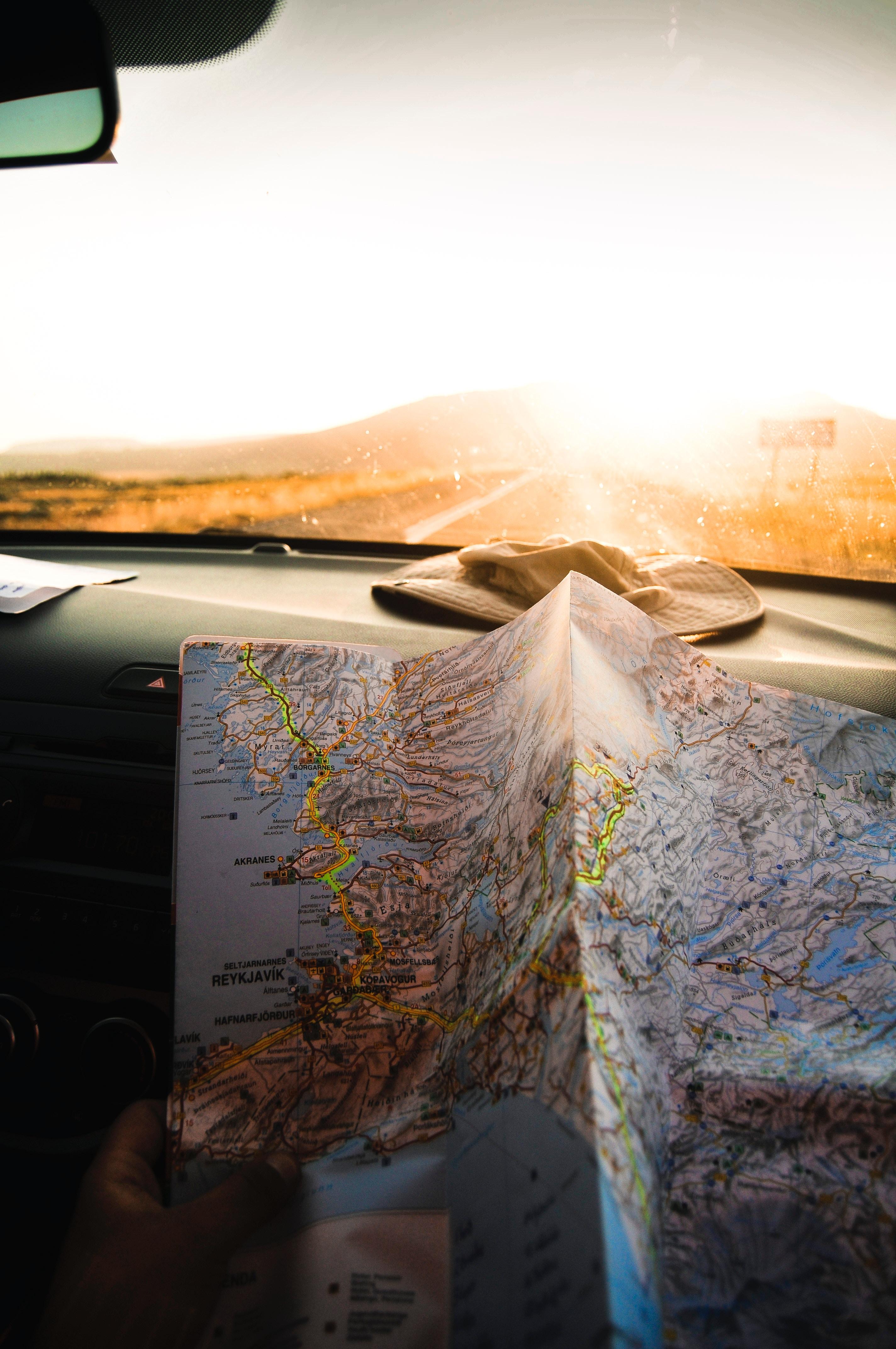 Un mapa en un coche Photo by Julentto Photography