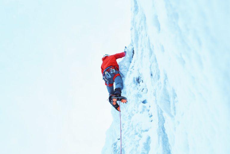 crampones en pared de hielo