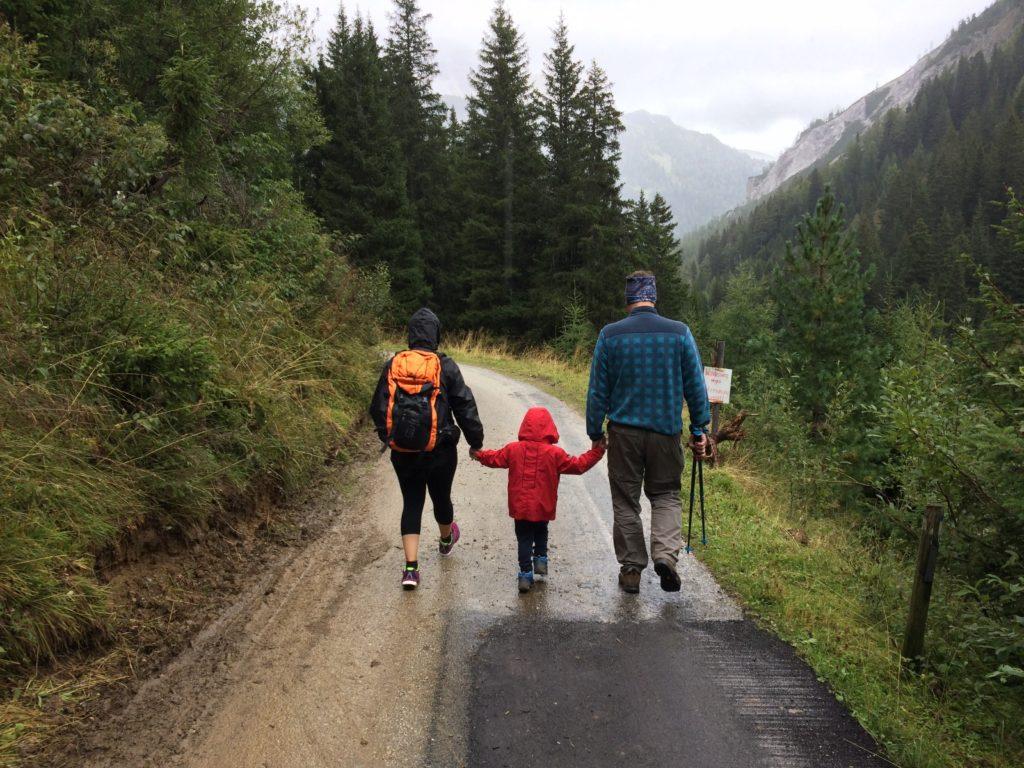 Una familia haciendo una caminata