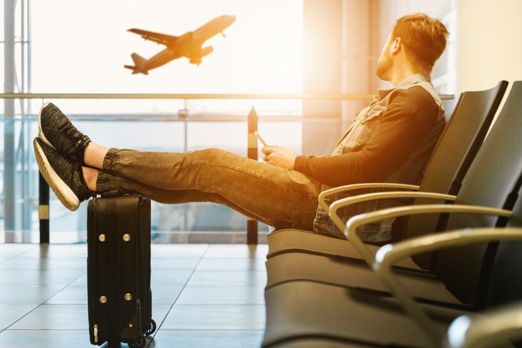 Hombre esperando un vuelo