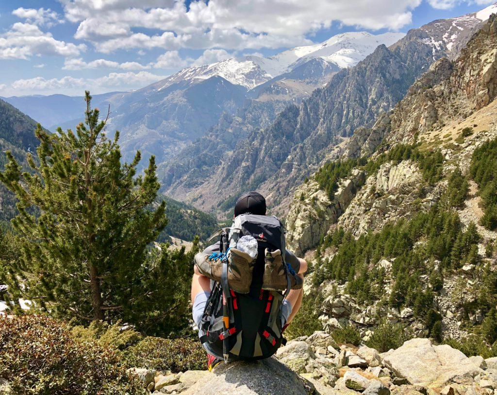 Alpinista reflexionando en la montaña