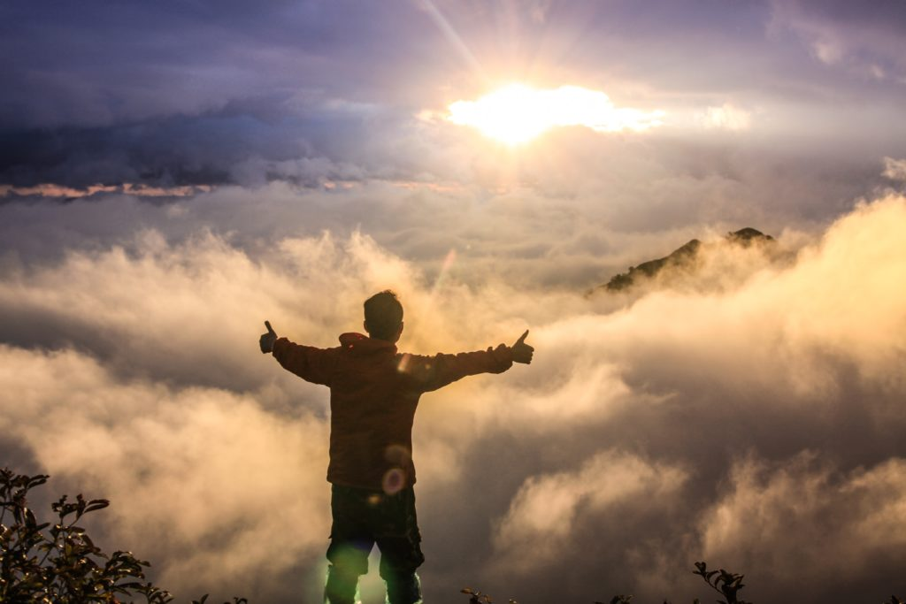 Hombre en las alturas de una montaña