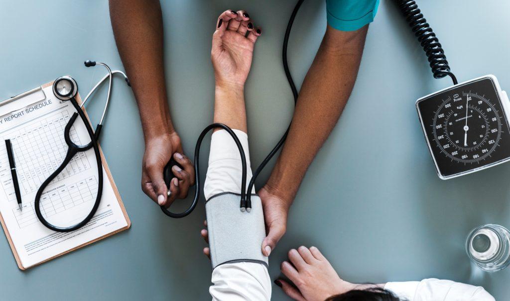 Doctor revisando la presión cardiaca