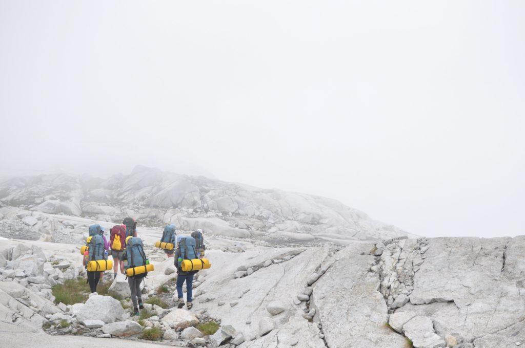Grupo de personas practicando alpinismo