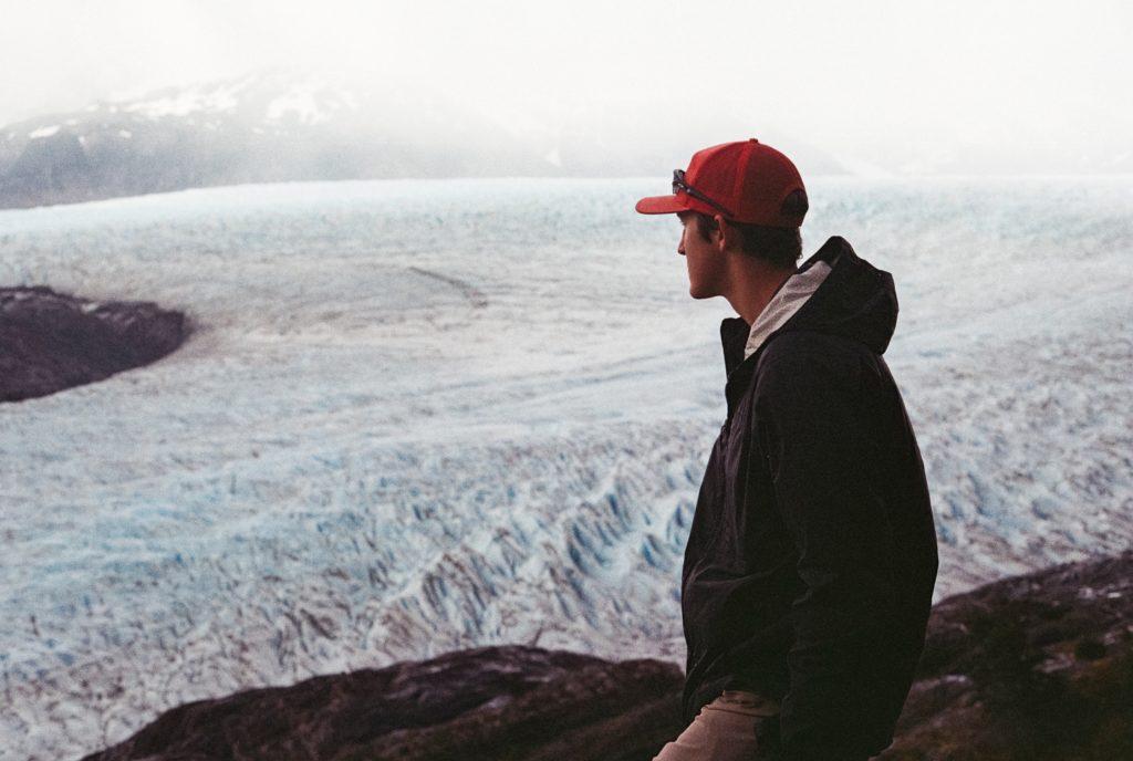 Hombre admirando el un Glaciar en el Circuito W