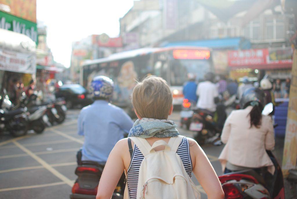 Mujer explorando la ciudad