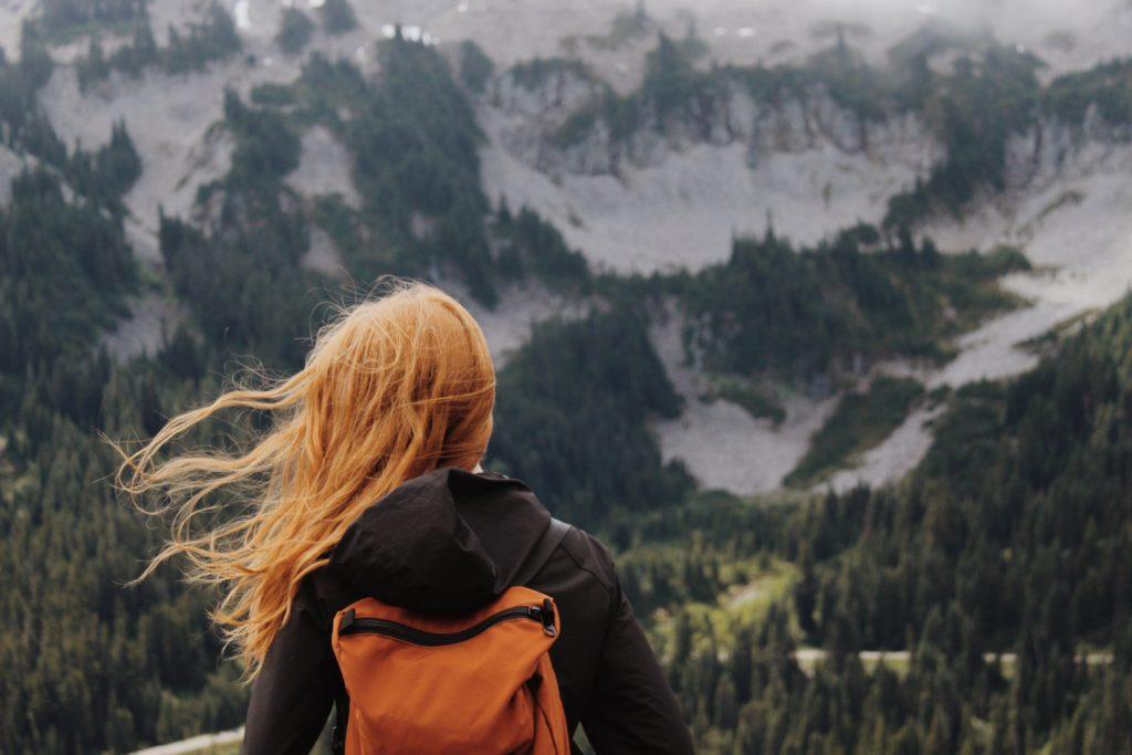 Mujer admirando el paisaje  KaLisa Veer