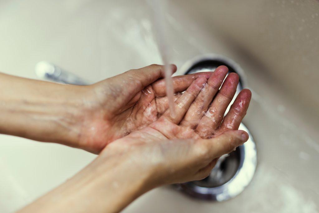 Una persona lavándose las manos,  rawpixel