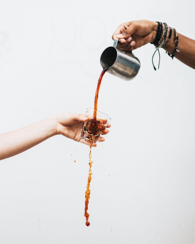 Derramando café   Tyler Nix