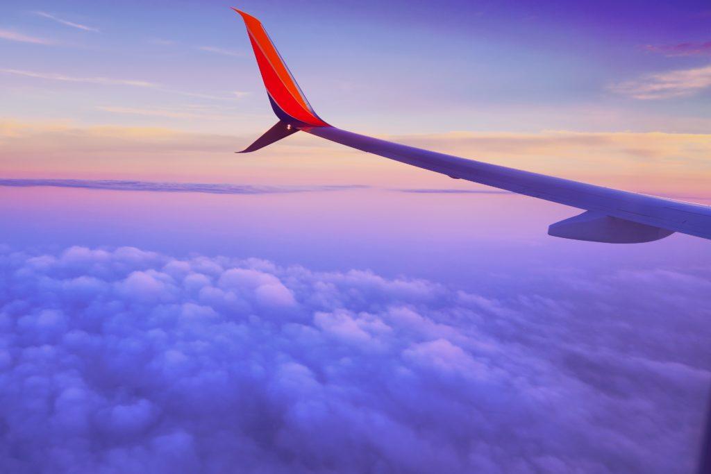 viajar ahorrando. Vista de la ventana de un avión, louis magnotti