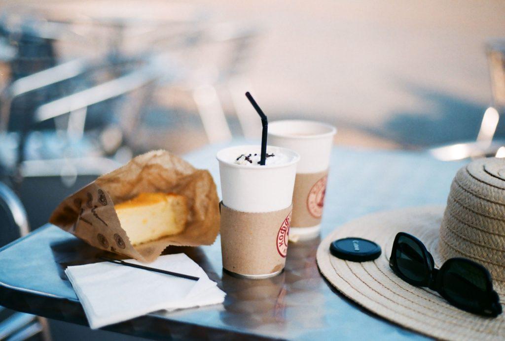 no gastes en cafés caros. Cafés y pastelillos. Maria Vernigora