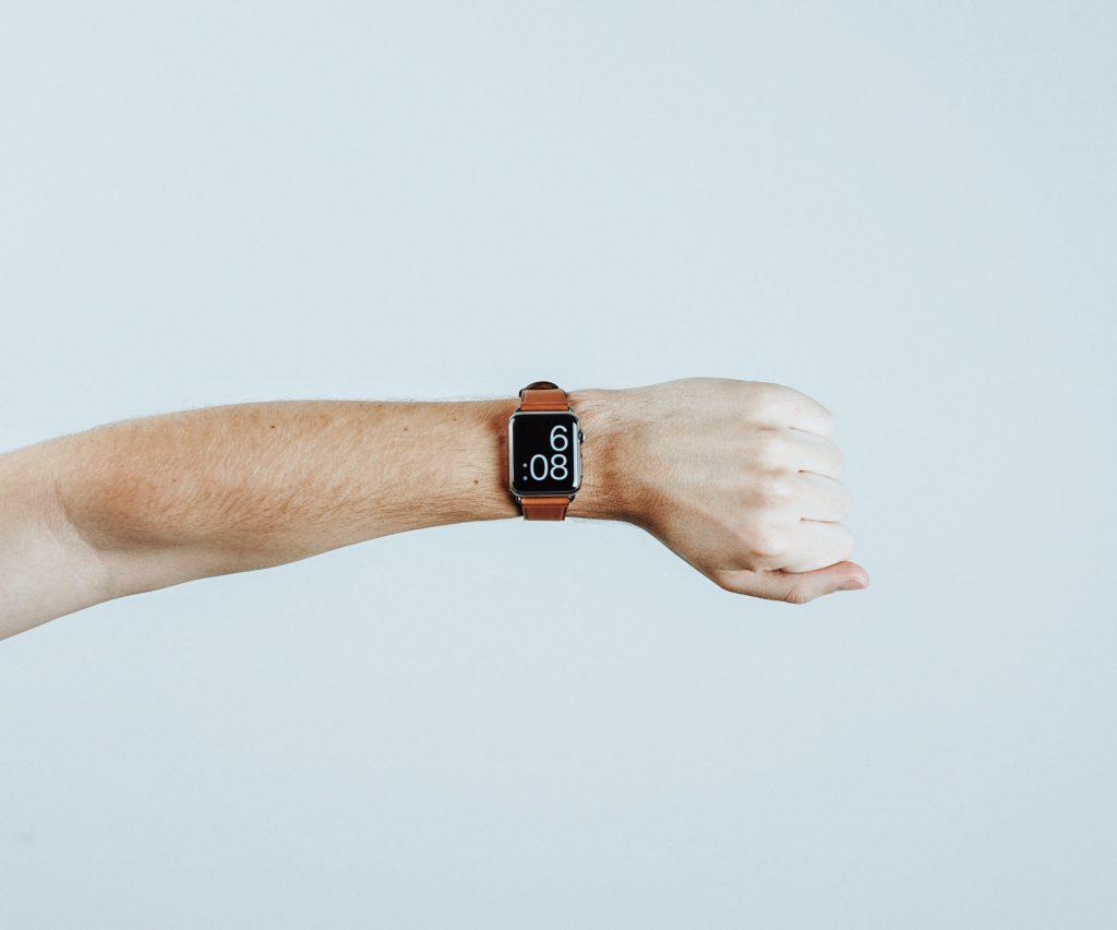 comprar con anticipación para ahorrar. Reloj digital, Mitchell Hollander