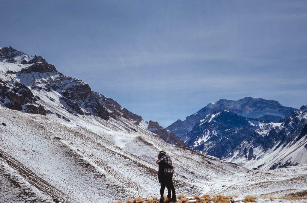 Dos personas en la cima de Aconcagua, Argentina  Paz Arando