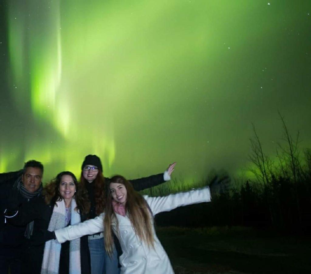 Claudia y su familia en el momento de Caza de Auroras Boreales en Whitehorse