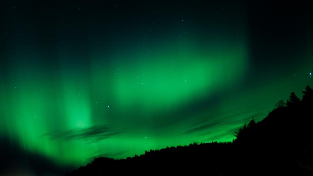 Auroras boreales en un cielo oscuro de Canadá