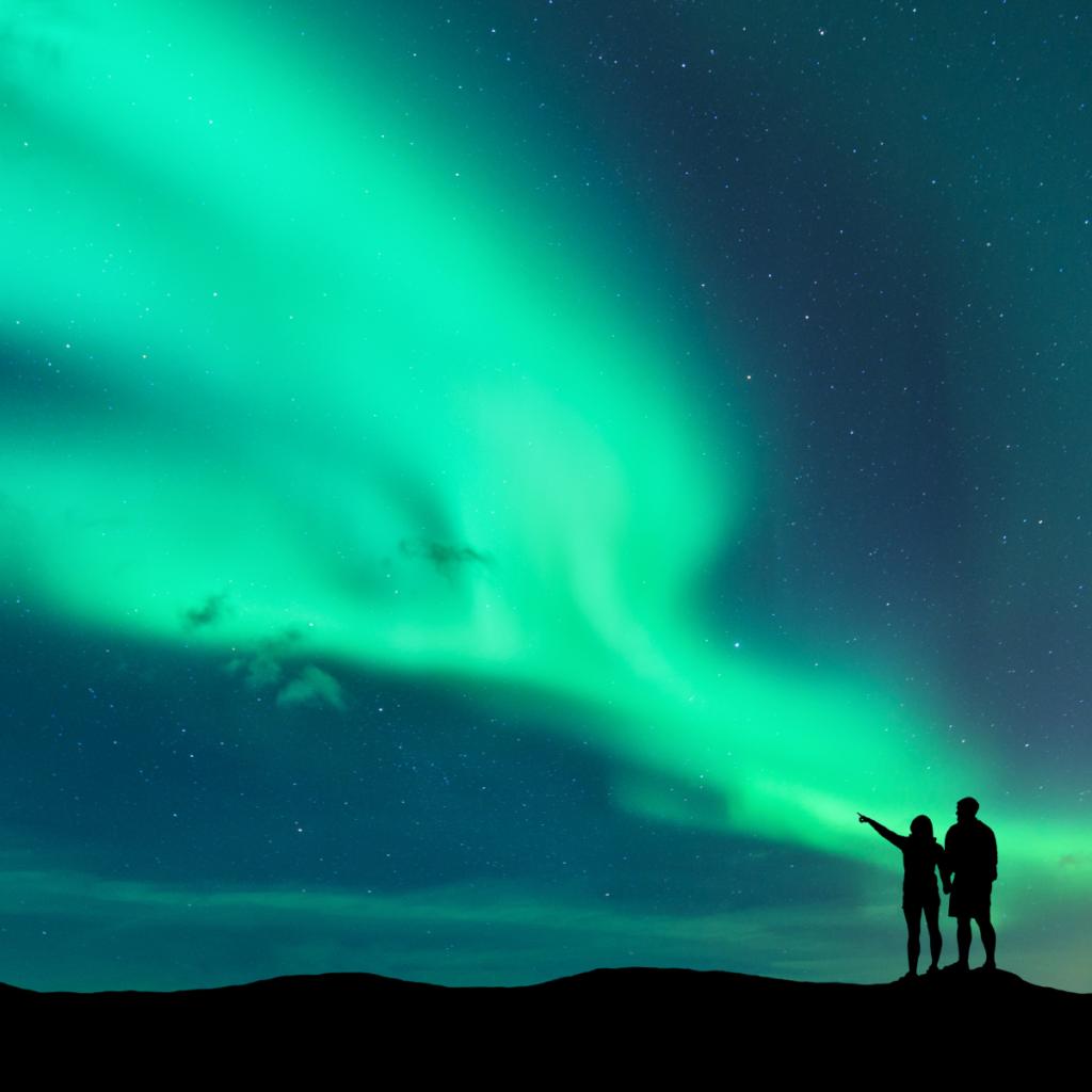 Personas observando las auroras boreales en Canadá - viajes