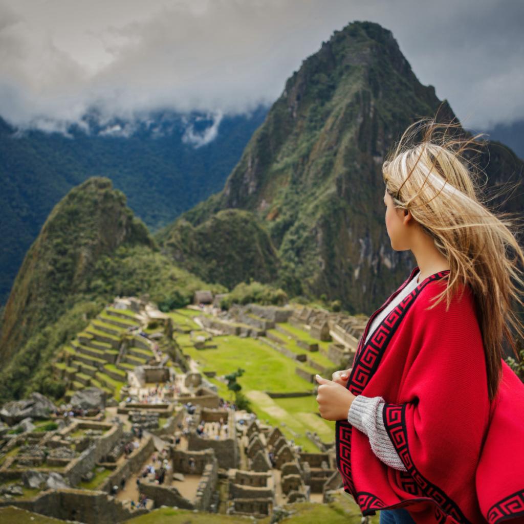 Persona frente a Machu Picchu - viajes