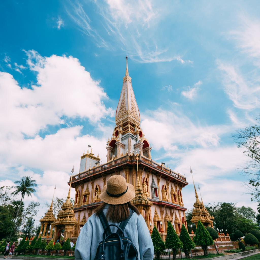 Persona frente a imponente templo en Tailandia - Viajes