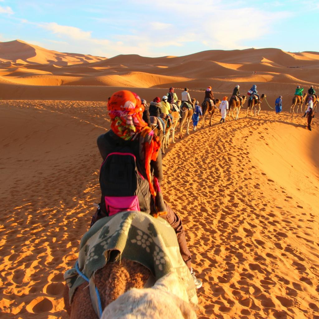 Personas caminando por el desierto del Sahara