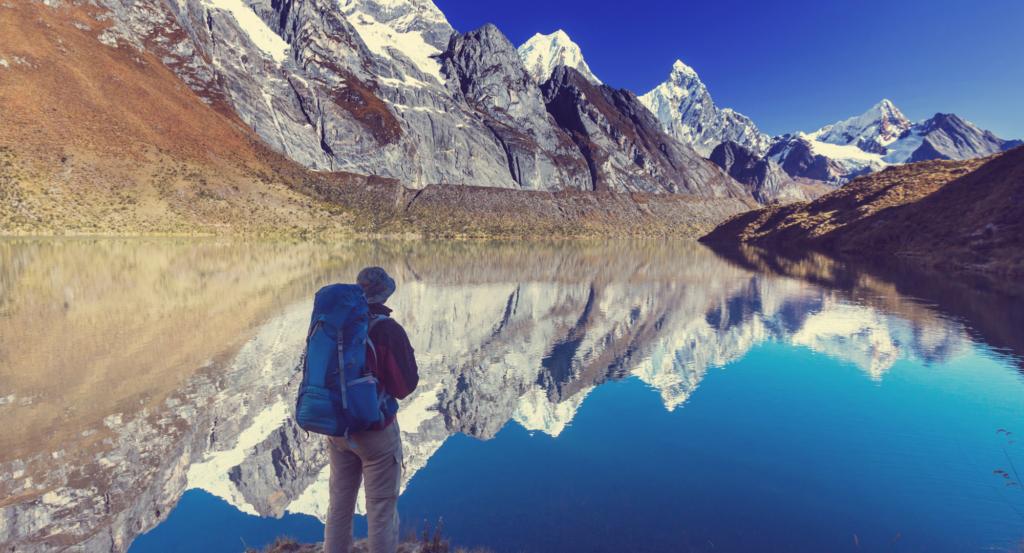 viajero frente a montañas de vacaciones
